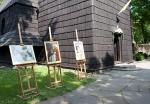 Wystawa zdjęć Jana Pawła II przy kościele św. Wawrzyńca
