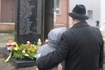 Kwiaty pod pomnikiem ofiar MTK