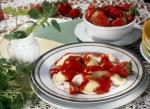 Letnie orzeźwienie - Pierogi z serem i truskawkami z puree owocowym