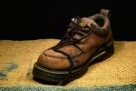 Buty na koturnie wracają do łask. Wiosną będziemy je nosić!